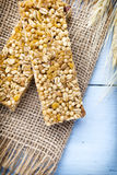 Φραγμοί Muesli, φραγμοί δημητριακών στο ξύλινο υπόβαθρο Στοκ Εικόνες