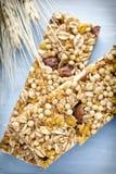 Φραγμοί Muesli, φραγμοί δημητριακών στο ξύλινο υπόβαθρο Στοκ εικόνες με δικαίωμα ελεύθερης χρήσης