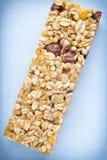 Φραγμοί Muesli, φραγμοί δημητριακών στο ξύλινο υπόβαθρο Στοκ Εικόνα
