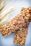 Φραγμοί Muesli, φραγμοί δημητριακών στο ξύλινο υπόβαθρο Στοκ φωτογραφία με δικαίωμα ελεύθερης χρήσης