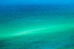Φραγμός άμμου με το μπλε και τη θάλασσα Aqua Στοκ Φωτογραφία