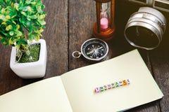 Φραγμός ΑΣΦΑΛΙΣΤΙΚΗΣ λέξης με την ελαφριά επίδραση εκλεκτής ποιότητας κάμερα, πυξίδα, νομίσματα στο βάζο και το ξύλινο υπόβαθρο Στοκ Εικόνες