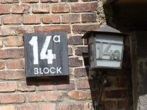 Φραγμός δεκατέσσερα σημαδιών στις αποδοκιμασίες στο προηγούμενο στρατόπεδο συγκέντρωσης auschwitz birkenau Στοκ Φωτογραφίες