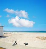 Φραγμός και ποδήλατο παραλιών στην ακτή Alghero Στοκ εικόνες με δικαίωμα ελεύθερης χρήσης