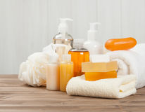 Φραγμός και υγρό σαπουνιών Σαμπουάν, πήκτωμα ντους Πετσέτες Εξάρτηση SPA Στοκ φωτογραφία με δικαίωμα ελεύθερης χρήσης