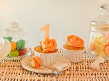 Φραγμός καραμελών γενεθλίων με τα cupcakes, macaroons και άλλα γλυκά Στοκ Εικόνες