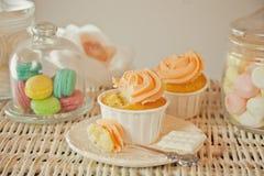 Φραγμός καραμελών γενεθλίων με τα cupcakes, macaroons και άλλα γλυκά Στοκ Φωτογραφίες