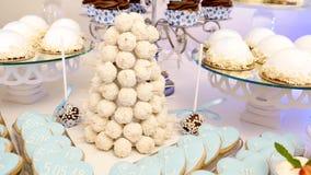 Φραγμός καραμελών Εύγευστος γλυκός μπουφές με τα cupcakes Γλυκός μπουφές διακοπών με τα cupcakes και άλλα επιδόρπια απόθεμα βίντεο