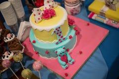 Φραγμός καραμελών και θαυμάσιο κέικ Στοκ φωτογραφία με δικαίωμα ελεύθερης χρήσης