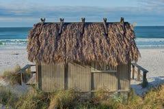 Φραγμός καλυβών Tiki παραλιών στον ωκεανό Στοκ Φωτογραφία