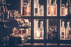 Φραγμός οινοπνεύματος και καφέ Στοκ εικόνα με δικαίωμα ελεύθερης χρήσης