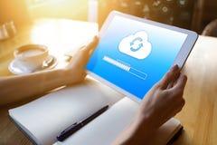 Φραγμός προόδου συγχρονισμού σύννεφων στην οθόνη ταμπλετών Αποθήκευση στοιχείων και προστασία Τεχνολογία και έννοια Διαδικτύου στοκ φωτογραφία με δικαίωμα ελεύθερης χρήσης