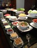Φραγμός σαλάτας και φρούτα, μπουφές ξενοδοχείων στοκ εικόνες