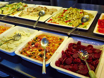 Φραγμός σαλάτας με τα διαφορετικά φρέσκα λαχανικά και άλλα πιάτα στοκ φωτογραφία με δικαίωμα ελεύθερης χρήσης
