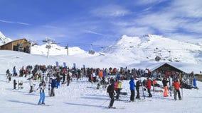 Φραγμός σκι Apres στο γαλλικό σύνολο Άλπεων των σκιέρ και των snowboarders Στοκ Φωτογραφία