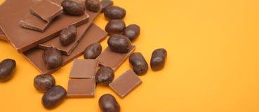 Φραγμός σοκολάτας και κομμάτια σοκολάτας πέρα από το κίτρινο υπόβαθρο γλυκό επιδορπίων Τοπ όψη Στοκ εικόνα με δικαίωμα ελεύθερης χρήσης