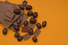 Φραγμός σοκολάτας και κομμάτια σοκολάτας πέρα από το κίτρινο υπόβαθρο γλυκό επιδορπίων Τοπ όψη Στοκ φωτογραφίες με δικαίωμα ελεύθερης χρήσης