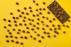 Φραγμός σοκολάτας με τα διεσπαρμένα καρύδια Στοκ φωτογραφίες με δικαίωμα ελεύθερης χρήσης