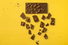 Φραγμός σοκολάτας με τα διεσπαρμένα κομμάτια Στοκ φωτογραφία με δικαίωμα ελεύθερης χρήσης