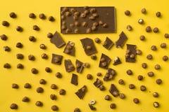 Φραγμός σοκολάτας με τα διεσπαρμένα κομμάτια Στοκ εικόνες με δικαίωμα ελεύθερης χρήσης