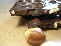 Φραγμός σοκολάτας με τα φουντούκια Τεμαχισμένη σοκολάτα με τα καρύδια Όμορφα γλυκά Στοκ φωτογραφία με δικαίωμα ελεύθερης χρήσης