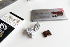 Φραγμός σοκολάτας Lindt Crémant 49%, τελειότητα, κακάο 85%, πλούσιο σκοτάδι στοκ φωτογραφία