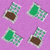 Φραγμός σοκολάτας μεντών και κακάου στις ανοιγμένες συσκευασίες με τα φύλλα μεντών Στοκ Εικόνες