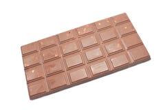 Φραγμός σοκολάτας με τα θρυμματισμένα μπισκότα που απομονώνονται στο λευκό Στοκ Εικόνες