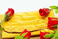 Φραγμός σοκολάτας που τυλίγεται στη χρυσή Ford Συμπίεση επιστολών τύπων Στοκ εικόνες με δικαίωμα ελεύθερης χρήσης