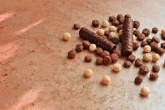Φραγμός σοκολάτας σε έναν κατασκευασμένο καφετή χαμαιλέοντα επιφάνειας Στοκ εικόνα με δικαίωμα ελεύθερης χρήσης