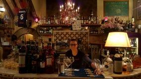 Φραγμός στη Ρώμη, Ιταλία με bartender στοκ φωτογραφίες με δικαίωμα ελεύθερης χρήσης