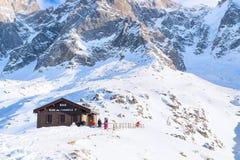 Φραγμός στο μέσο σταθμό του τελεφερίκ Telepherique Aiguille du Midi και του πανοράματος Chamonix, Γαλλία βουνών Στοκ εικόνες με δικαίωμα ελεύθερης χρήσης