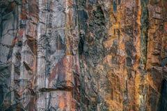 Φραγμός του γρανίτη με τις φλέβες του σιδηρομεταλλεύματος Στοκ Φωτογραφίες