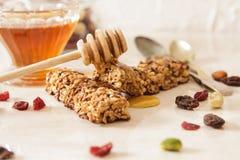 φραγμός του εύγευστου muesli με το μέλι και τα καρύδια Στοκ Εικόνες