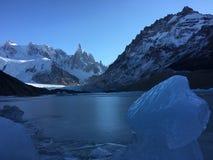 Φραγμός του πάγου και του λόφου της Fitz Roy στο υπόβαθρο στοκ φωτογραφία με δικαίωμα ελεύθερης χρήσης