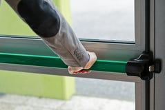 Φραγμός ώθησης πανικού συμπίεσης χεριών στη ανοιχτή πόρτα Στοκ εικόνες με δικαίωμα ελεύθερης χρήσης