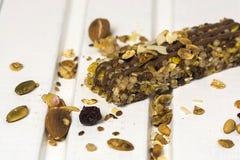 Φραγμός Granola στο ξύλινο υπόβαθρο στοκ εικόνα