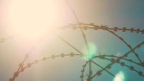 Φρακτών κλειστή φυλακή σκιαγραφία καθεστώτος περιοχής ακριβής οδοντωτή - καλώδιο φράκτης παράνομης μετανάστευσης από τους πρόσφυγ απόθεμα βίντεο