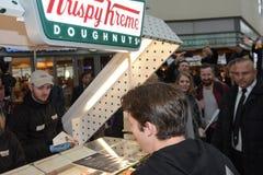 Φρανκφούρτη Γερμανία 23 Οκτωβρίου 2017 Ο βρετανικός τραγουδιστής-τραγουδοποιός James Blunt * το 1974 ανοίγει το κατάστημα Krispy  Στοκ Εικόνα