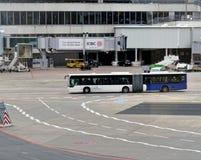Φρανκφούρτη, Hesse, Γερμανία, στις 13 Μαρτίου 2018: Λεωφορείο στο tarmac του αερολιμένα που παίρνει τους επιβάτες στα αεροσκάφη τ στοκ εικόνες