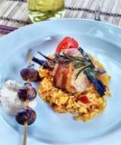 Φραντζόλα κρέατος στο μπέϊκον με το risotto κλείστε επάνω Στοκ φωτογραφία με δικαίωμα ελεύθερης χρήσης