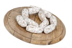 Φραντζόλα του ψωμιού με τα λουκάνικα στο ξύλινο πιάτο Στοκ εικόνα με δικαίωμα ελεύθερης χρήσης