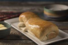 Φραντζόλα του ψωμιού στο άσπρο πιάτο στοκ φωτογραφία