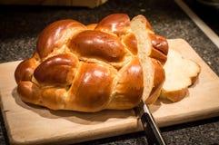Φραντζόλα του ψωμιού challah που κόβεται με το μαχαίρι Στοκ Φωτογραφία