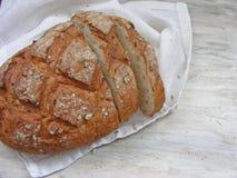 Φραντζόλες του ψωμιού στο άσπρο shabby υπόβαθρο πετσετών Στοκ εικόνες με δικαίωμα ελεύθερης χρήσης
