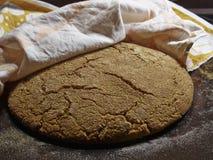 Φραντζόλα καλαμποκιού του ψωμιού που τυλίγεται σε μια πετσέτα Στοκ φωτογραφία με δικαίωμα ελεύθερης χρήσης