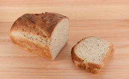 Φραντζόλα περικοπών του πρόσφατα ψημένου ψωμιού με ένα σάντουιτς PB&J στοκ εικόνες με δικαίωμα ελεύθερης χρήσης