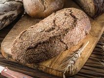 Φραντζόλα σίκαλη-ψωμιού στο ξύλο στοκ φωτογραφία με δικαίωμα ελεύθερης χρήσης