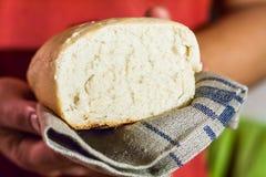 Φραντζόλα του άσπρου φρέσκου ψωμιού στα χέρια των ατόμων Στοκ εικόνες με δικαίωμα ελεύθερης χρήσης
