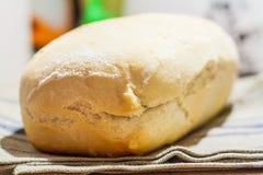 Φραντζόλα του άσπρου ψωμιού σε μια πετσέτα Στοκ Εικόνα